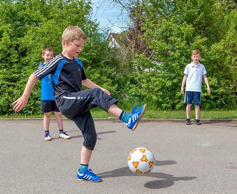 Schulhof-Fussball gelb-4